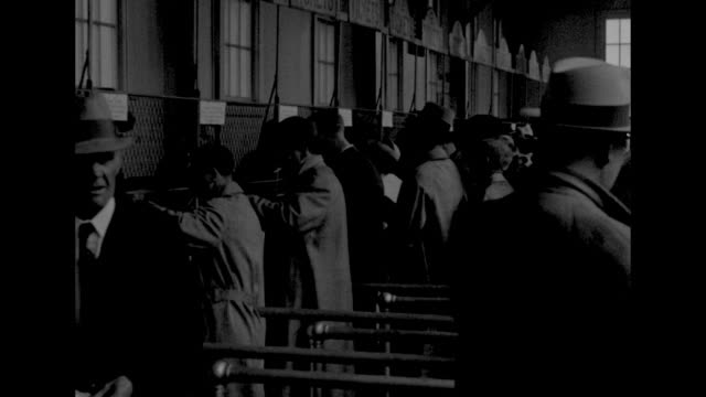 vídeos de stock e filmes b-roll de crowd in front of churchill downs race course prior to the kentucky derby / crowd in stands inside race course / people in line at betting windows /... - maça