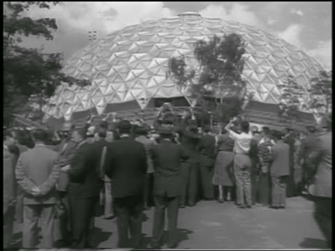 b/w 1959 crowd in front of metal domed building of american exposition / moscow - 1959 stock-videos und b-roll-filmmaterial