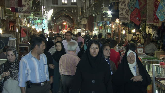 vídeos de stock, filmes e b-roll de ms td tu crowd in grand bazaar at night, isfahan, iran - irã