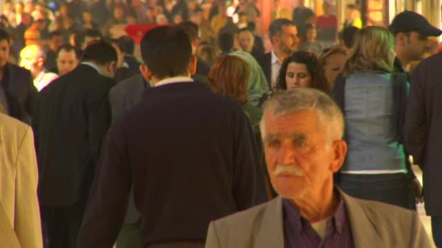 vídeos y material grabado en eventos de stock de cu crowd in grand bazaar, istanbul, turkey - gran bazar