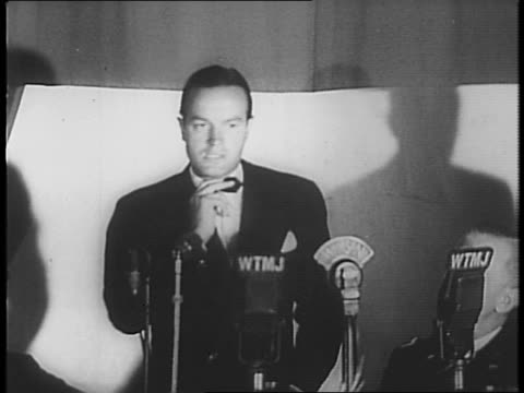 crowd in hall / bob hope walks to microphone / tells jokes and thanks audience for opportunity, gets laughs and applause. - bob hope komiker stock-videos und b-roll-filmmaterial