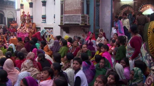 vidéos et rushes de crowd in janakpur mandir in nepal - châle