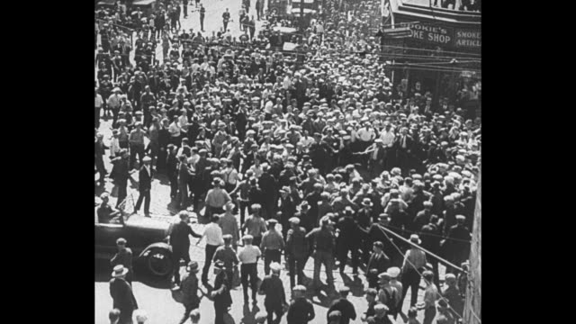 vidéos et rushes de ws crowd in minneapolis street during truck drivers' strike scuffles break out / police and strikers beat each other wounded officer lies on ground /... - 1934