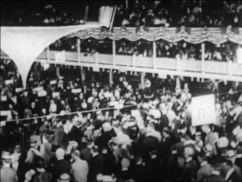 vídeos de stock e filmes b-roll de b/w 1920 crowd in republican national convention in blackstone hotel chicago / newsreel - eleição presidencial dos estados unidos da américa