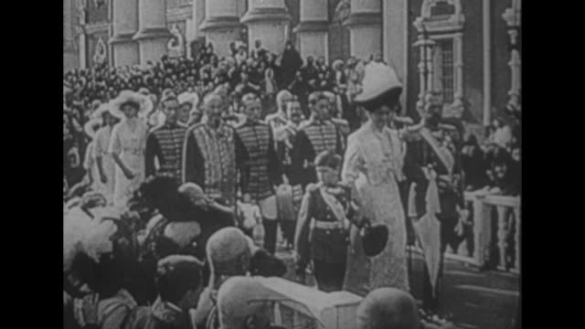 vidéos et rushes de crowd in street of russian city / russian orthodox priests lead a procession as czar nicholas ii, czarina alexandra feodorovna, and their son... - prêtre