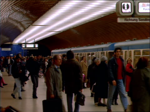 stockvideo's en b-roll-footage met crowd in subway station as train pulls in - 1992