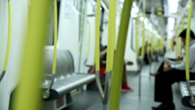 vídeos de stock, filmes e b-roll de multidão de metrô - estação de metrô