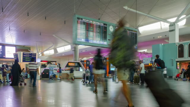 crowd in terminal,flights information on departure information signboard - simbolo informazioni video stock e b–roll