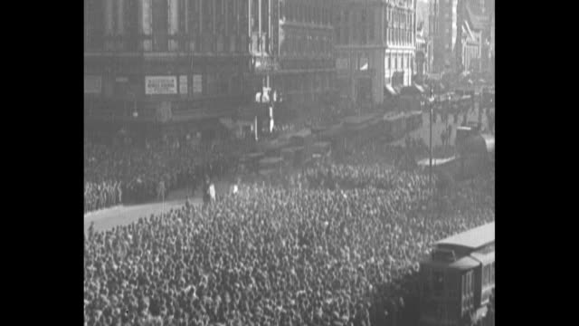 crowd in times square, with scoreboard in background showing score of world series game between the new york yankees and the new york giants; traffic... - ニューヨーク・ヤンキース点の映像素材/bロール