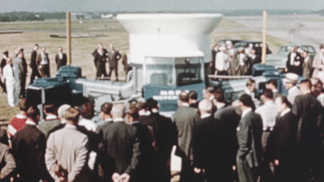vidéos et rushes de 1960 montage crowd including earl mountbatten and other royal navy officers gathering to get a close view of the sr.n1 hovercraft at the 1960 airshow / farnborough, hampshire, england - véhicule amphibie