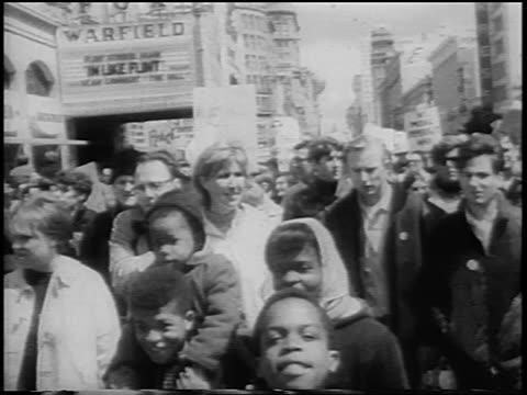 b/w 1967 crowd marching on market street in antiwar rally / san francisco / newsreel - manifestante video stock e b–roll