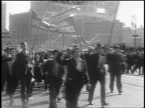 vídeos de stock e filmes b-roll de b/w 1933 crowd marching with banners at communist demonstraton / union square nyc - comunismo