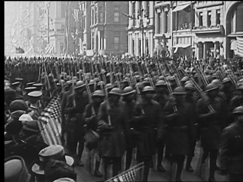 vidéos et rushes de b/w 1918 crowd of black american soldiers in ww1 uniforms marching in parade in nyc - world war 1
