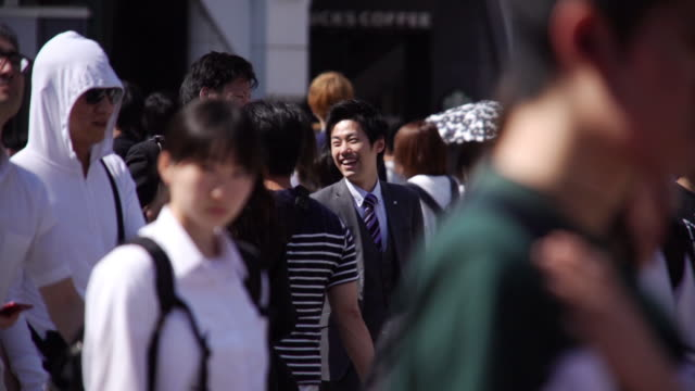 slo mo crowd of business people in the morning rush hour at tokyo, japan. - giappone video stock e b–roll