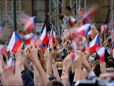 crowd of cheering people waving us and czech flags ahead of obama's address on 5 april 2009 / prague, czech republic - 2009 bildbanksvideor och videomaterial från bakom kulisserna