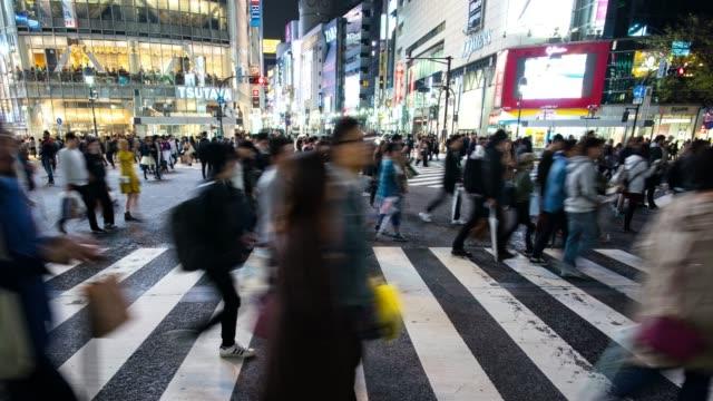 東京の渋谷横断を横切る通勤者集団 - 流れる点の映像素材/bロール