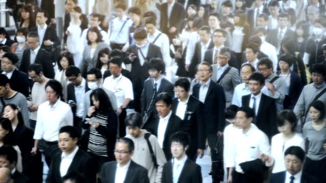 Menge von Pendlern auf dem Weg zur Arbeit in Tokio