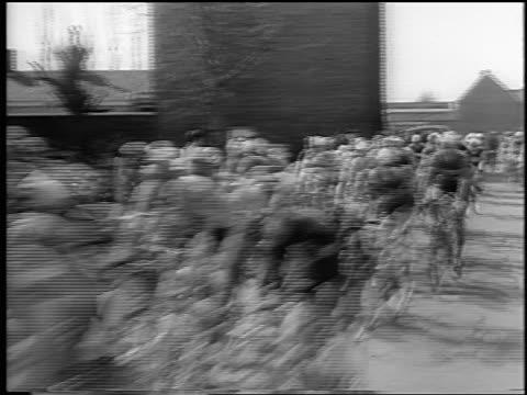 vidéos et rushes de b/w 1964 crowd of cyclists passing camera in tour de france / newsreel - niveau d'épreuve sportive