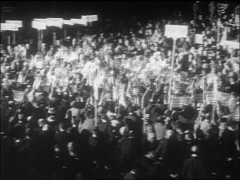 pan crowd of delegates waving us flags at republican convention in chicago / documentary - partito repubblicano degli usa video stock e b–roll