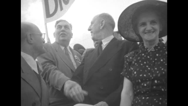 vídeos y material grabado en eventos de stock de crowd of democrat delegates one with capital is safe with russell sign / middleaged woman waves banner with a man and noisemaker / accordion player... - richard b. russell