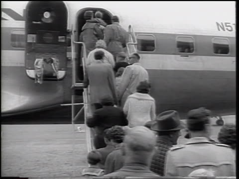 view crowd of east german refugees boarding airplane / beginning of berlin wall - flugpassagier stock-videos und b-roll-filmmaterial