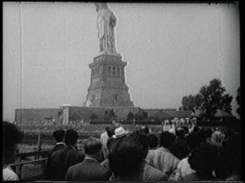 crowd of greek immigrants walking towards statue of liberty / nyc - freiheitsstatue stock-videos und b-roll-filmmaterial