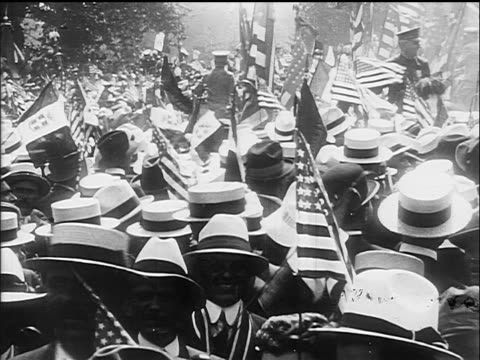 vídeos de stock, filmes e b-roll de view crowd of men with straw hats us flags at war rally / documentary - 1917