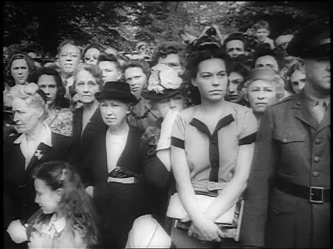 stockvideo's en b-roll-footage met crowd of mourners on procession route watch fdr's funeral / lafayette park, washington d.c. - gemengde leeftijdscategorie