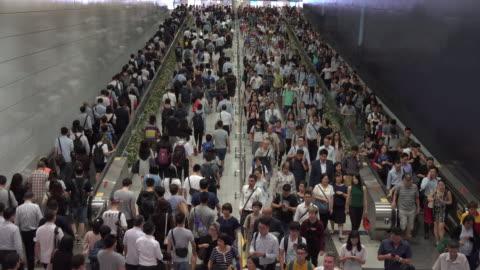 vídeos y material grabado en eventos de stock de multitud de viajeros peatonales en la estación de tren en la estación de hong kong - metro transporte