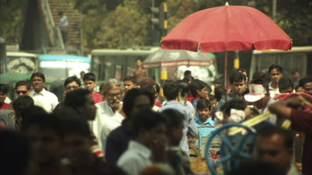 ms, r/f, selective focus, crowd of pedestrians and traffic on busy street, dhaka, bangladesh - dhaka stock-videos und b-roll-filmmaterial