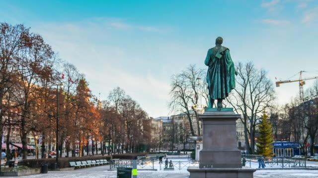 vídeos de stock, filmes e b-roll de multidão de pedestres do comercial distrito de oslo, noruega - escandinávia