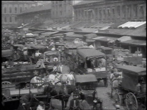 vidéos et rushes de 1915 ws crowd of people and carriages at faneuil hall marketplace / boston, massachusetts, united states - 1910