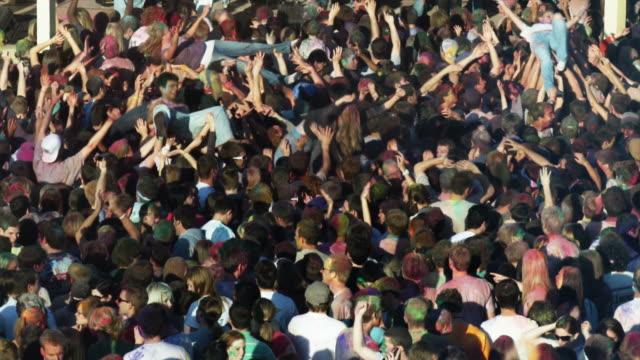 vídeos de stock, filmes e b-roll de crowd of people at a concert - jogando se na multidão