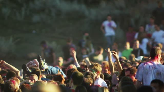 vídeos de stock, filmes e b-roll de crowd of people at a hindu festival throwing a young man into the air - jogando se na multidão