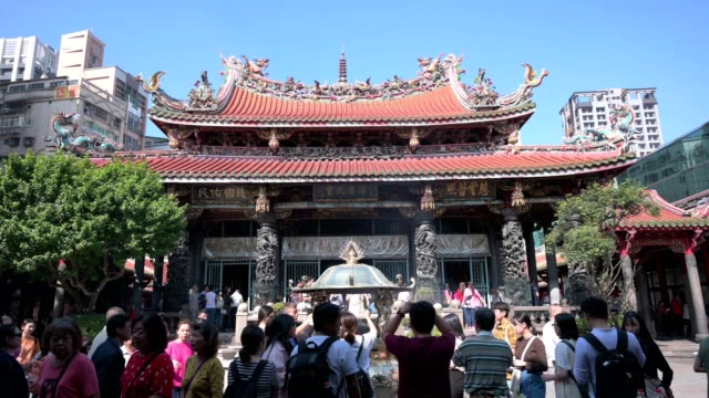crowd of people at bangka longshan temple, taiwan. - chinese ethnicity stock videos & royalty-free footage