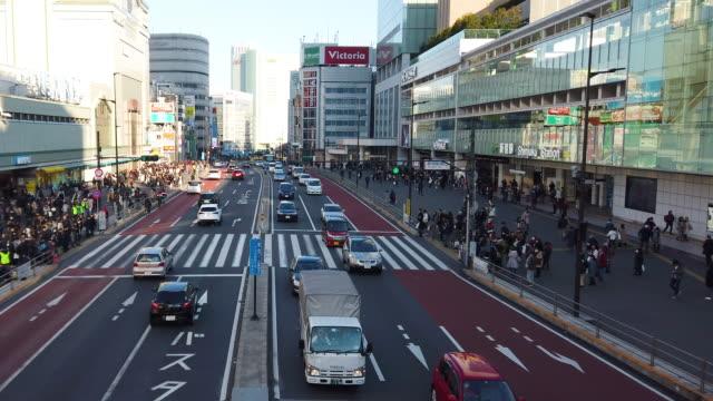 vídeos de stock e filmes b-roll de 4k crowd of people at shinjuku station crossing in tokyo , japan - bairro de shinjuku