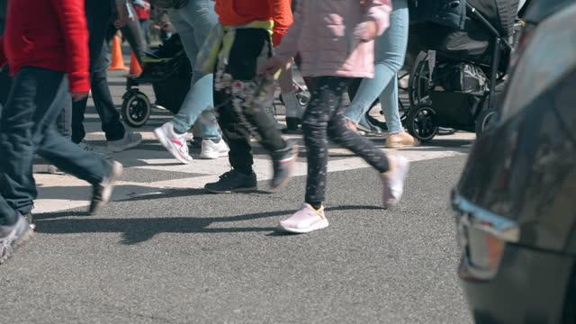 vídeos y material grabado en eventos de stock de multitud de personas cruzando una calle - pedestrian