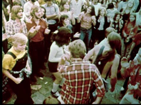 vídeos de stock e filmes b-roll de 1976 ws ha crowd of people dancing and clapping / philadelphia, pennsylvania, usa - filadélfia pensilvânia