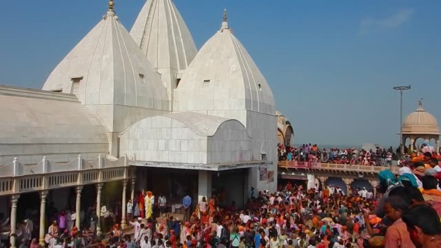 stockvideo's en b-roll-footage met crowd of people dancing / religious festivities and celebrations inside the temple complex in nandgaon mathura the village of lord krishna holi or... - holi phagwa
