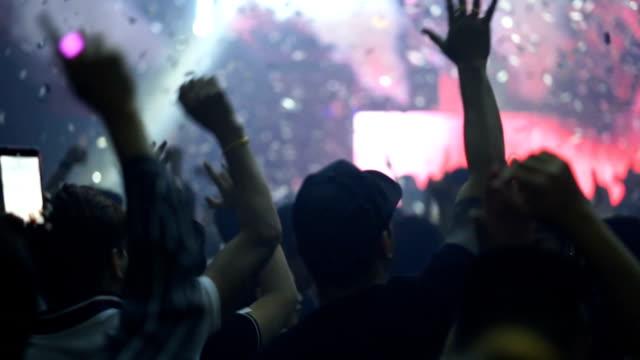 パーティーを楽しむ人々の群衆 - レーザー点の映像素材/bロール