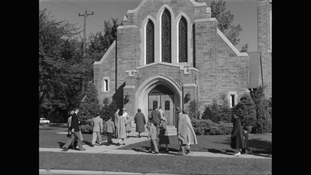stockvideo's en b-roll-footage met ms crowd of people entering in church / united states - compleet pak
