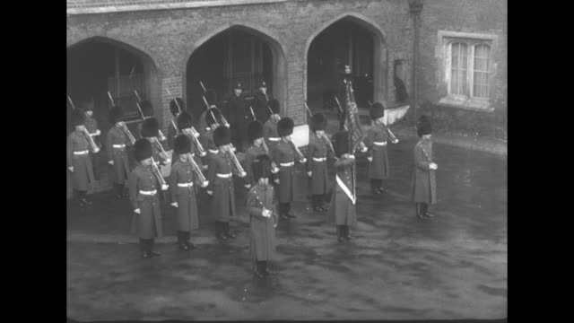 crowd of people gathered at st james palace in london / officials start to assemble on balcony / prime minister winston churchill seen though window... - 1952 bildbanksvideor och videomaterial från bakom kulisserna
