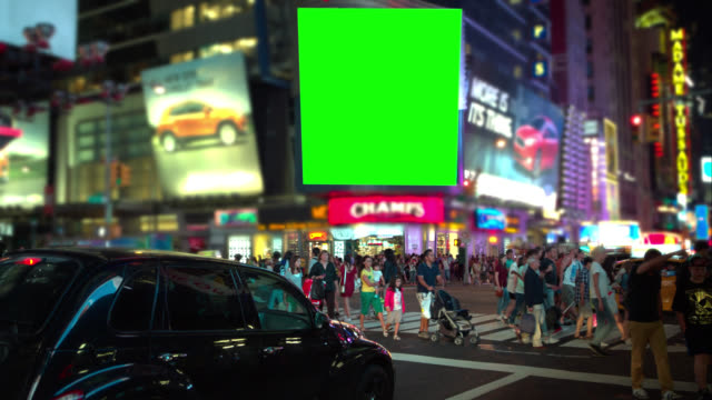 folla di persone schermo verde chroma key a time square - tabellone video stock e b–roll