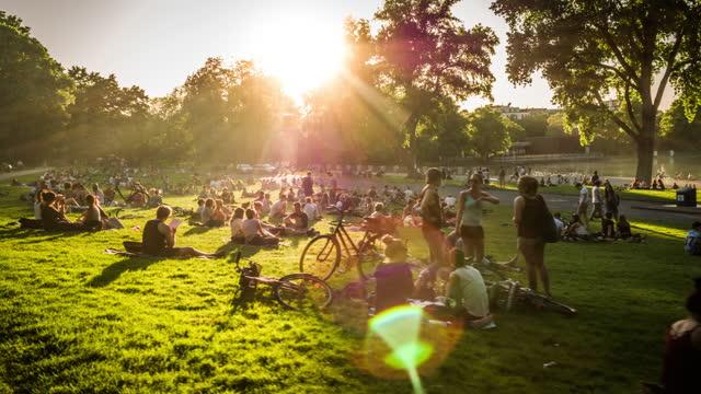 vídeos y material grabado en eventos de stock de multitud de personas en el parque al atardecer - grupo grande de personas