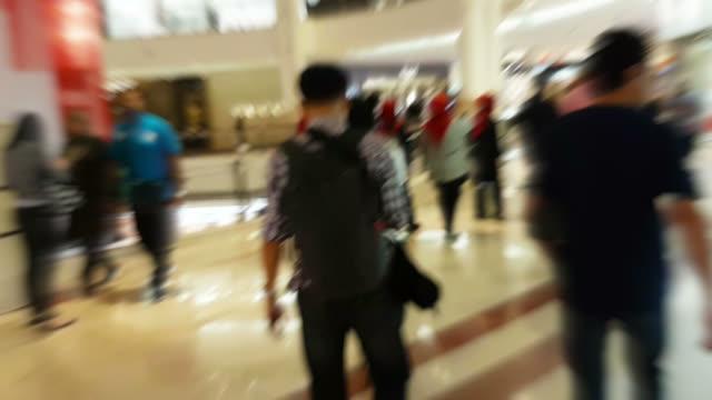 vidéos et rushes de foule de personnes dans le centre commercial - soldes