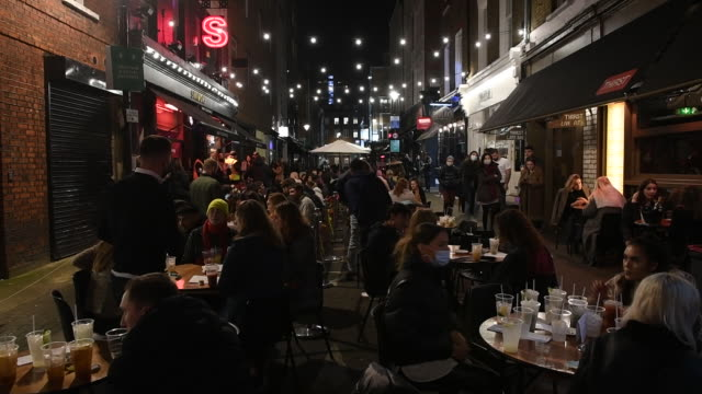 crowd of people in shops, restaurants and pubs last night before lockdown caused by rapid increase of covid-19 cases in england. retail shops, bars... - christmas stock videos & royalty-free footage