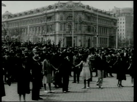 vídeos de stock e filmes b-roll de crowd of people in street line of people fg holding hands in human chain prime minister niceto alcalazamora walking out of building pan crowd in... - 1931