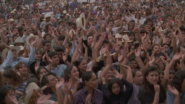 vídeos de stock, filmes e b-roll de ha, ms, pan, crowd of people on popular music concert - exultação
