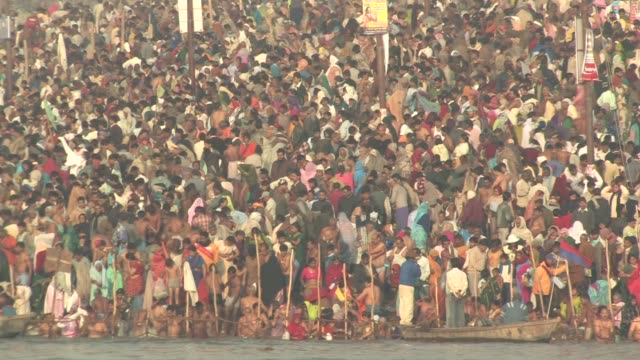 ws, crowd of people on riverbank taking ritual bath in ganges river, kumbh mela (pitcher festival), allahabad, uttar pradesh, india - riverbank stock videos & royalty-free footage