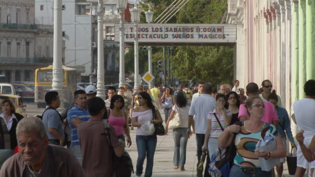ws crowd of people on sidewalk / havana, cuba - kuba stock-videos und b-roll-filmmaterial